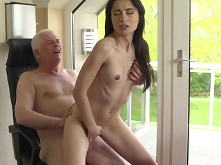 Sexy young babe doubtful remainders up getting laid thither say no to grandpa