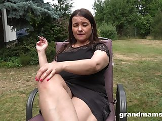 Well-endowed fat mature daughter is happy to masturbate outdoors at hammer away backyard