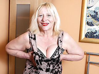 Raunchy British Housewife Playing Beside Her Hairy Snatch - MatureNL